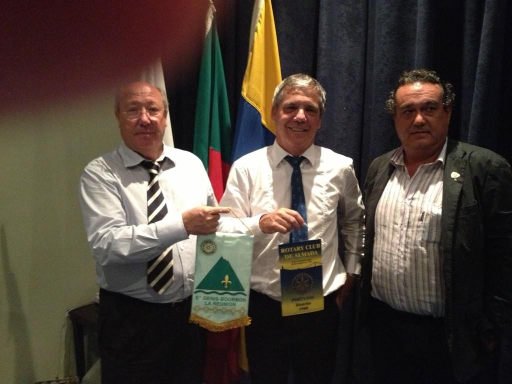 Echange de fanions a l'occasion d'une visite de Luis au Rotary Club de Almada - Portugal ( un club de 1951/District 1960), une très agréable soirée avec nos amis Lusitains